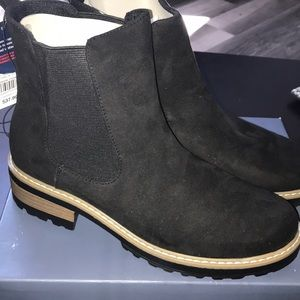 Universal Tread NWT boots 8.5 ladies